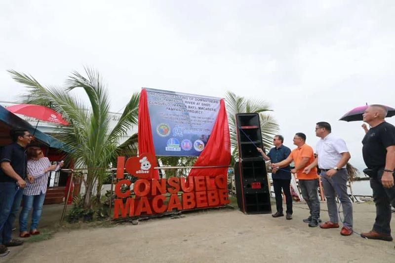 PAMPANGA. Outgoing Macabebe Mayor and Vice Mayor-Elect Annette F. Balgan (2nd L) together with (L-R) DPWH-3 Engr. Jayson Jauco; DENR-3 representative Larry Garcia Jr.; Oliver De Leon of Universal De Leon Construction and Aggregates; Engr. Bon Bonifacio of DPWH-Pampanga 1st DEO Planning Section and other officials lead Thursday's unveiling of the billboard for the Consuelo Dredging project. (Chris Navarro)