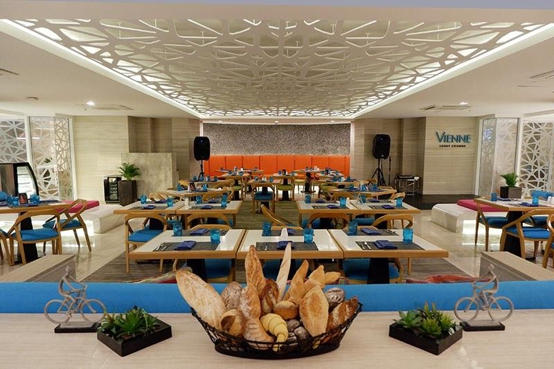 BORACAY. Now air-conditioned, the Vienne Lobby Lounge serves international cuisine. (Jinggoy I. Salvador)