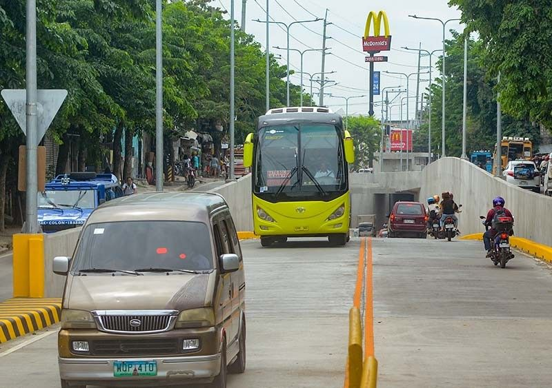 NO IMPACT. Buses and mini buses were allowed on N. Bacalso Ave., Cebu City for the first time since the Mambaling underpass was opened to the public last June 15. The six-hour dry run was not conducted during peak hours so it could not be determined if the buses and mini buses had an impact on traffic in the area. Also, only a few were observed plying the streets since not all operators were informed about the activity. (SunStar Photo/Arni Aclao)