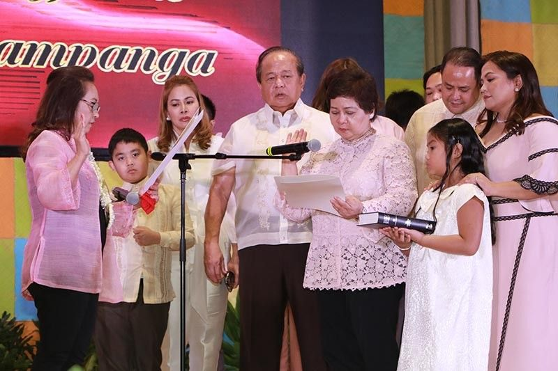 "PAMPANGA. Pampanga Vice Governor Lilia ""Nanay"" Pineda takes her oath before Speaker Gloria Macapagal Arroyo. With her are husband Rodolfo ""Bong"" Pienda, son Governor Dennis Pienda, daughters BM Mylyn Pineda-Cayabyab, Mayor Esmeralda Pineda, daughter-in-law Yolly Pineda and grandchildren. (Chris Navarro)"