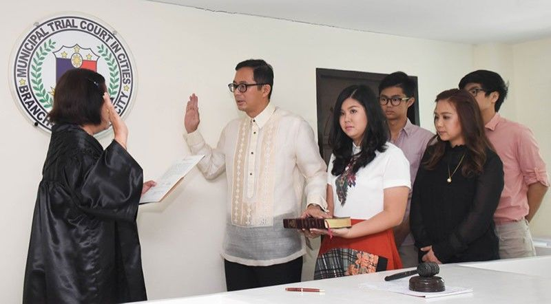 TACLOBAN. Tacloban Vice Mayor Jerry Yaokasin takes his oath of office in the presence of his family in the city. (Contributed photo)
