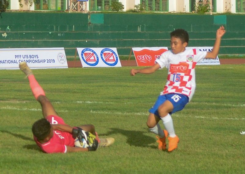 FOILED. Nofa keeper James Salazar gets the ball off John Rondrique to preserve the visitors' 1-0 win in the Boys 15 Visayas Elimination. (SunStar Photo/Arni Aclao)