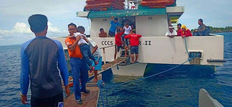 GILUWAS: Mga pasahero sa Sunriser 2 gianam-anam og hakot sa Philippine Coast Guard (PCG) human kini hapaka og dagkong bawod ug hangin hinungdan nga nanawag og tabang ang kapitan niini. (Tampo sa Philippine Coast Guard)