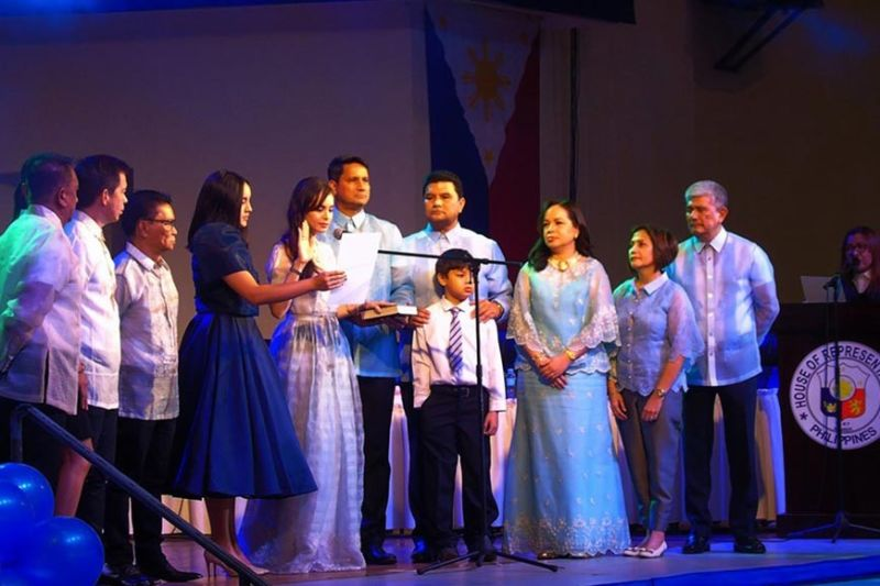 ORMOC. Reelected Mayor Richard Gomez and his wife-Leyte Fourth District Representative Lucy Torres-Gomez, along with the new set of city councilors under the Ormoc Development Team, take their oath of office Sunday, June 30, 2019. (Photo by Roel Amazona)