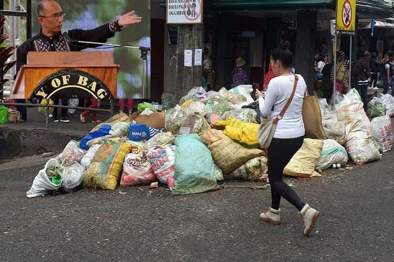 MAGALONG. Piles of uncollected biodegradable wastes greets marketgoers and newly installed Mayor Benjamin Magalong after the Department of Environment and Natural Resources ordered to halt the processing of biodegradable waste at the Irisan dumpsite effective Monday, July 1, 2019. (Photos by Jean Nicole Cortes and Maria Elena Catajan)