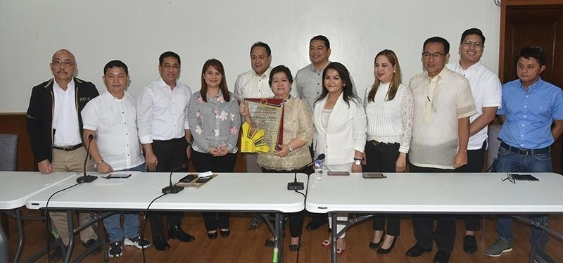 PAMPANGA. Vice Governor Lilia Pineda receives a plaque of recognition from Department of the Interior and Local Government, headed by Provincial Director Myrvi Fabia. With them are Governor Dennis Pineda, Provincial Board members, Provincial Administrator Charlie Chua and Provincial Legal Officer Gerome Tubig. (Jun Jaso)