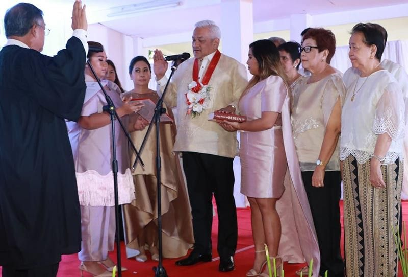 PAMPANGA. Executive Judge Omar Viola (left) administers the oath of office of Angeles City Mayor Carmelo Lazatin Jr. during Monday's (July 1, 2019) inauguration of elected and re-elected City officials at Sapalibutad Elementary School. Witnessing the ceremony are Lazatin family members. (Chris Navarro)