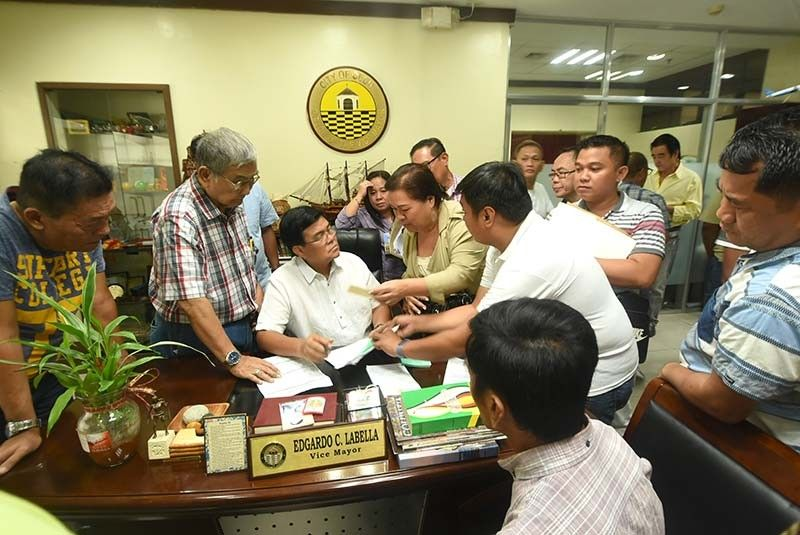VISITORS. On his first day as mayor of Cebu City on Monday, July 1, 2019, Edgardo Labella is swamped with visits from the barangay captains. He temporarily holds office at the Office of the Vice Mayor (see his name plate) until his choice of Office of the Mayor is ready for occupancy. (SunStar Photo/Allan Cuizon)