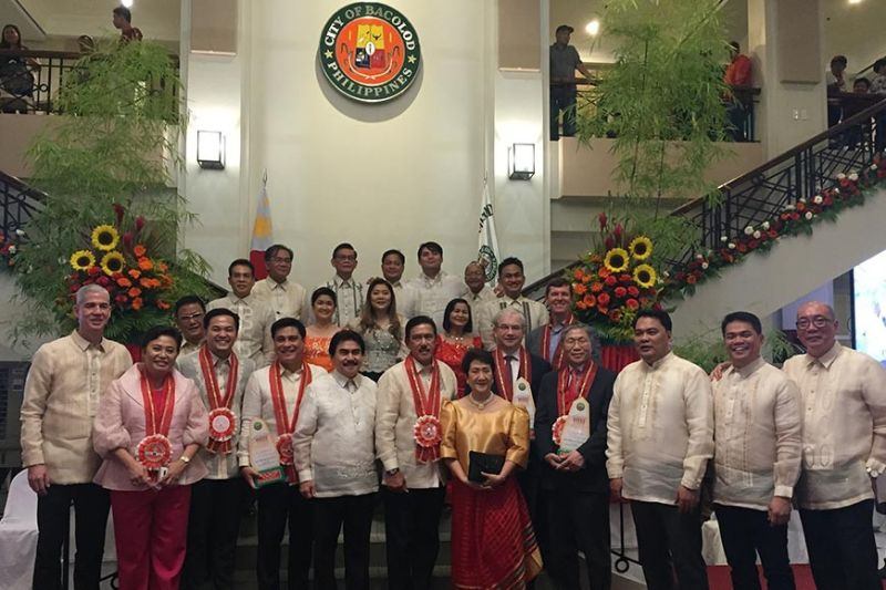 BACOLOD. Bacolod City officials led by Mayor Evelio Leonardia, Congressman Greg Gasataya, Vice Mayor El Cid Familiaran with Senate President Vicente Sotto III, Senate Majority Floor Leader Juan Miguel Zubiri, 1-Pacman Party List Rep. Michael Romero, and Negros Occidental Governor Eugenio Lacson during the inaugural ceremony at the Bacolod Government Center on July 1, 2019. (Photo by MAP)