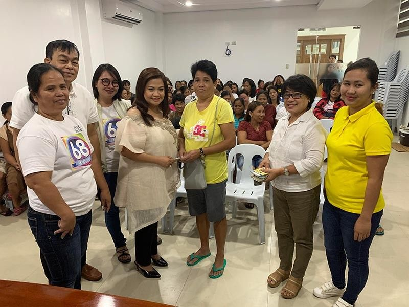 PAMPANGA. Lubao Mayor Esmie Pineda and MSWDO Malou delos Reyes award the loan proceeds to qualified 4Ps beneficiary. (Contributed Photo)