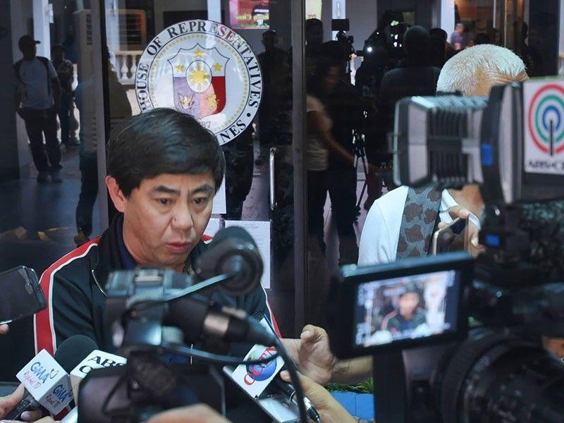 GIKAHINABI SA MEDIA: Si Mayor Junard Chan sa Dakbayan sa Lapu-Lapu gikahinabi sa media tungod sa padayong kontrobersiya sa buhatan ni Kong. Paz Radaza sulod sa City Hall. (Alan Tancawan)