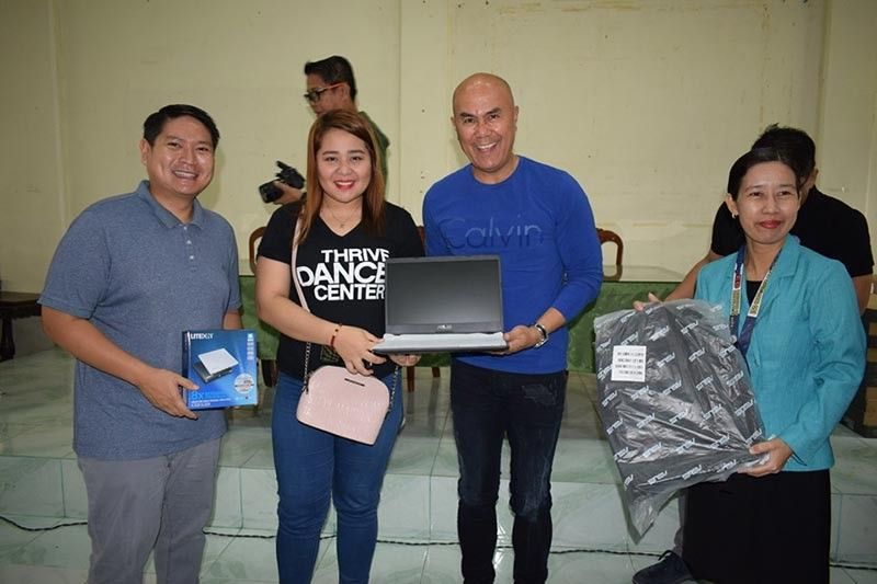 PAMPANGA. Mayor Cris Garbo leads the distribution of laptops to public school teachers in Mabalacat City. (Contributed Photo)