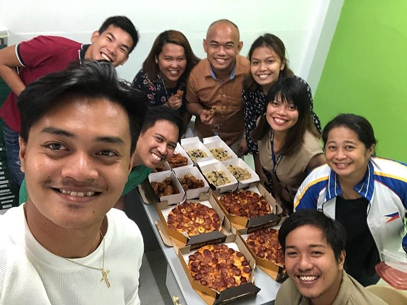 DAVAO. Enjoy Yellow Cab Pizza's Red White Blue promo with your friends or officemates when you celebrate something special.