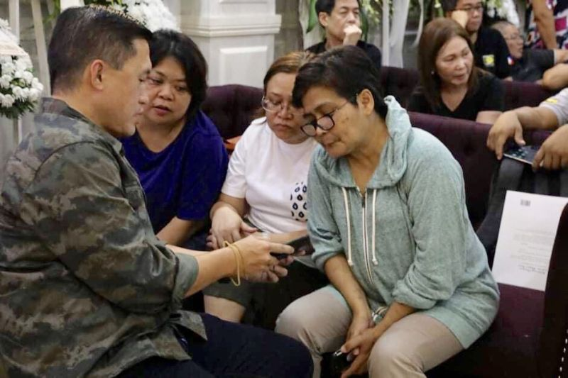 DAVAO. Senator Christopher Lawrence Go shows photos of his recent visits to poor areas to former ABS-CBN marketing head Delza T. Fuentes, Mindanao Times editor-in-chief Amalia B. Cabusao, and former SunStar Davao editor-in-chief now Mountain Haven Development Inc. general manager Stella A. Estremera during the wake for presidential photographer Renato Lumawag at the Cosmopolitan Funeral Homes on Camus Street, Davao City, evening of July 3, 2019. (Toto Lozano)