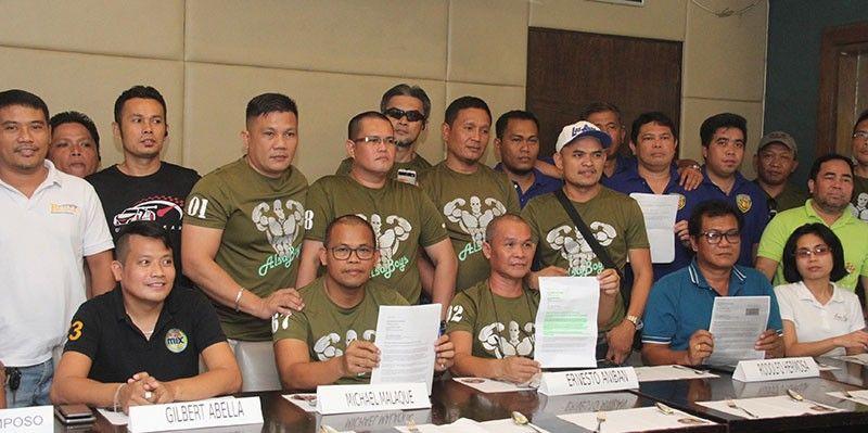 NAGKAHIUSA: Ang nagkahiusang Grab drivers nga modala og suwat-hangyo ni Presidente Rodrigo Duterte. (Amper Campaña)