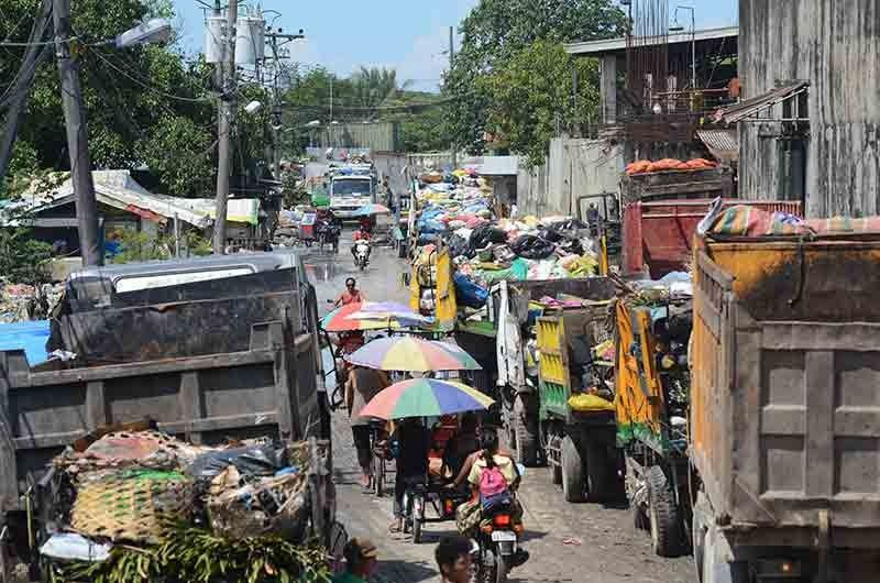 Garbage trucks have been forced to line up outside the transfer station in Inayawan since the City intensified collection. (SunStar File Photo/Alan Tangcawan )