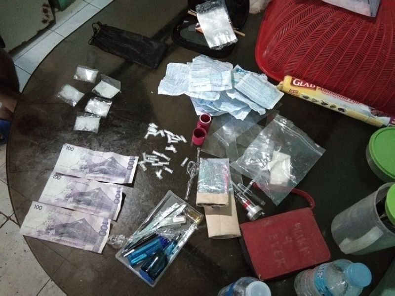 CEBU. Authorities recovered five medium and 31 small sachets of suspected shabu which weighs around 25.96 grams with a dangerous drugs board value of P176,528.00. (Photo courtesy of Cordova Police Station)
