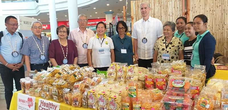 Governor Eugenio Jose Lacson (fifth from right) with PCCI-Western Visayas Regional Governor Donna Rose Ratilla (third from left), MBCCI president Roberto Montelibano (fourth from left) and chief executive officer Frank Carbon (second from left), and participating producers from Kabankalan City at the sidelines of the opening of the 11th Negros Business Week at Robinsons Place Bacolod Saturday. (Erwin P. Nicavera)