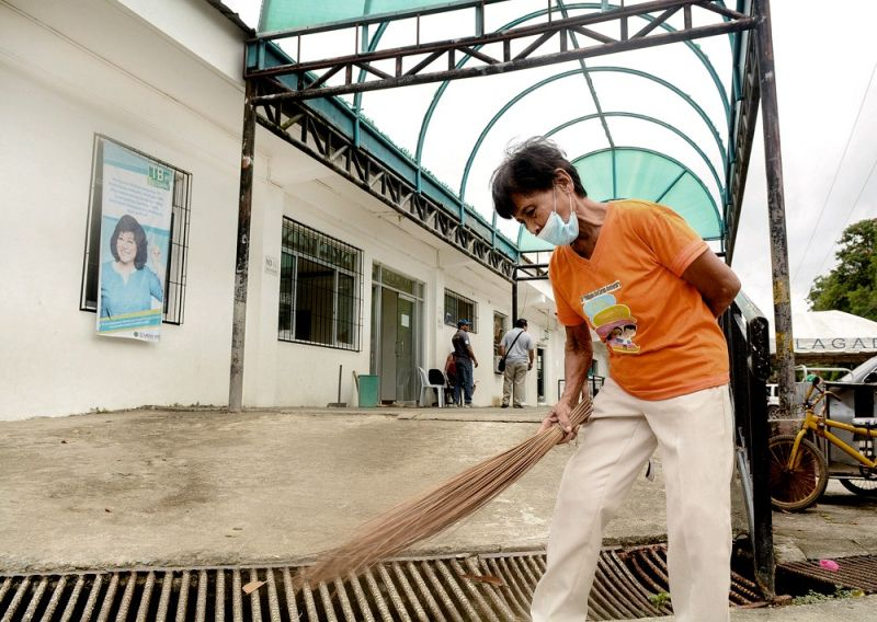 TWO-PRONGED STRATEGY. If Gov. Gwen Garcia pushes through with her plan to outsource personnel of the Provincial Government, especially in district hospitals like the one in Toledo City (above), the Capitol will not only save money, but it will also get rid of the padrino system. (SUNSTAR FOTO / ALLAN CUIZON)