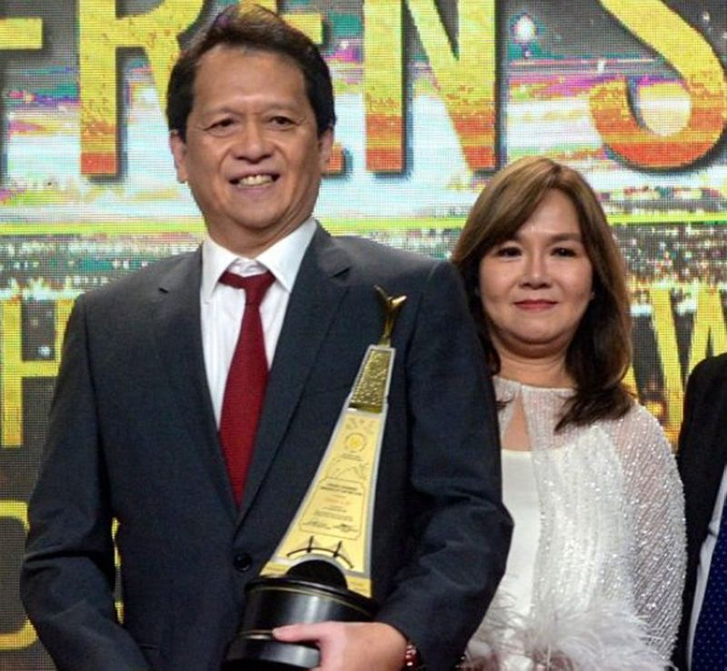REAPING THE FRUITS. Efren Uy, founder and chief executive officer of F2 Logistics Philippines Inc., receives the Grand Chamber Awards of Distinction during the Grand Chamber Awards and Fellowship Night on June 28, 2019. With him is his wife, Carmela Uy. (SUNSTAR FOTO / ARNI ACLAO)