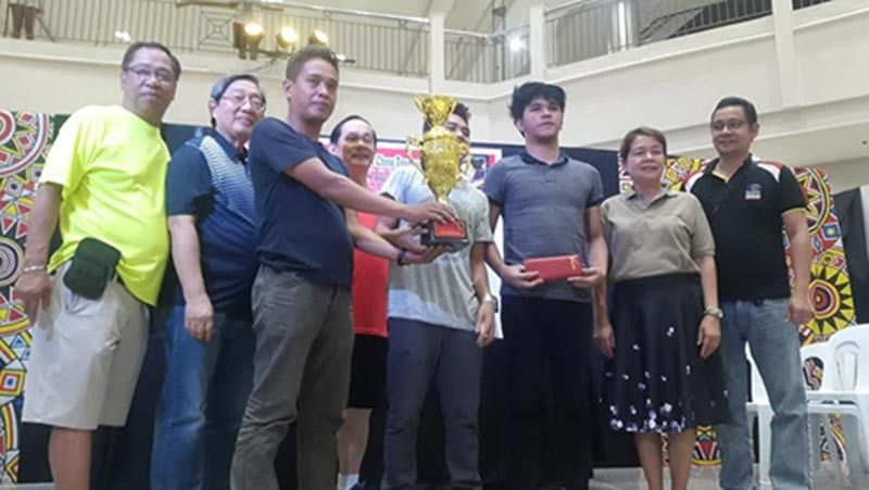 CAGAYAN DE ORO. The all non-master cast of Manila's King Nico Tire 1 chessers receive the P100,000 top purse and the championship trophy in team event of the recent 2nd Robert Tan Memorial Cup at Limketkai Mall, Cagayan de Oro City. (Lynde Salgados)