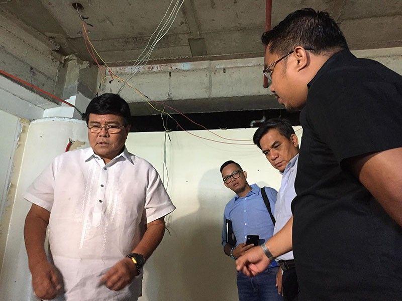 INSPECTION: Si Cebu City Mayor Edgardo Abella (wala) mikuyog sa Department of Interior and Local Government (DILG) nga misusi sa kanhi buhatan ni kanhi mayor Tomas Osmeña. (Jerra Mae Juarez)