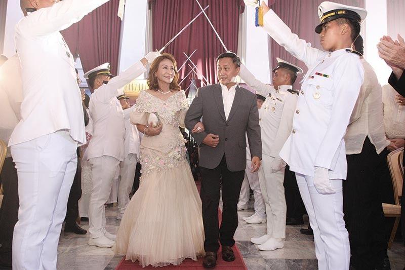 GRAND ENTRANCE. Cebu Gov. Gwen Garcia escorted by Sen. Francis Tolentino.