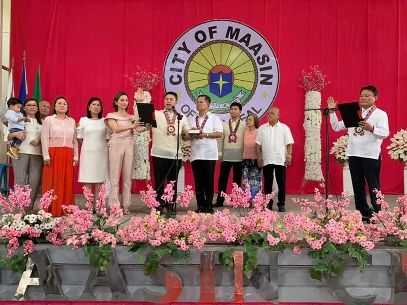 SOUTHERN LEYTE. Maasin City Mayor Nacional Mercado (6th from right) takes his oath of office for his second term at the City Hall from his uncle Southern Leyte Governor Damian Mercado (right) on June 29, 2019. Also present during the ceremony were his wife Daisy Jane and son Lucas, parents Southern Leyte Representative Roger and Luz Mercado, brother Councilor Mikee Mercado, his grandmother, aunt, and parents-in-law. (Contributed photo)