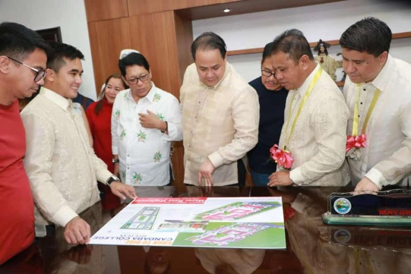 "PAMPANGA. Candaba Mayor Rene Maglanque shows the plans of the soon to rise DHVSU college to Department of Labor and Employment Secretary Silvestro Bello, Pampanga Governor Dennis Pineda and Fourth District Congressman Juan Pablo ""Rimpy"" Bondoc during a recent gathering at the municipal hall. Looking on is Vice Mayor Micheal Sagum. (Chris Navarro)"