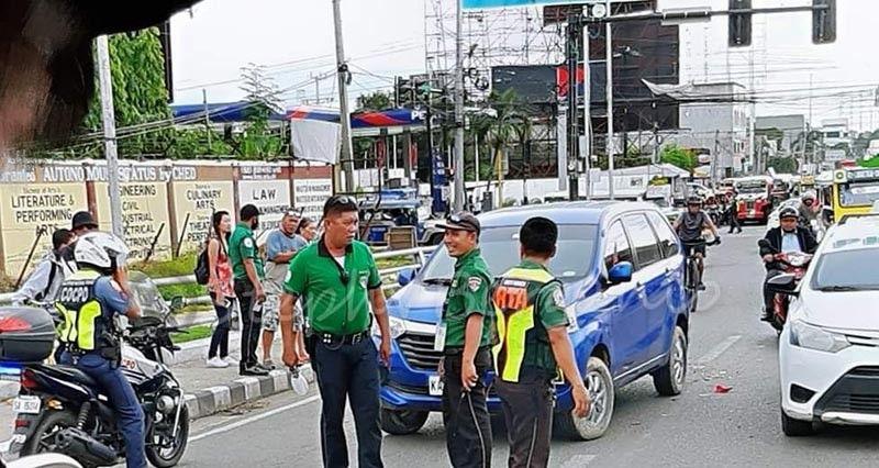 CAGAYAN DE ORO. Girespondehan sa personahe sa Roads and Traffic Administration ang bangga tali motorsiklo ug sakyanan Hulyo 9 sa Marcos Bridge sa siyudad sa Cagayan de Oro. (Steph V. Berganio)