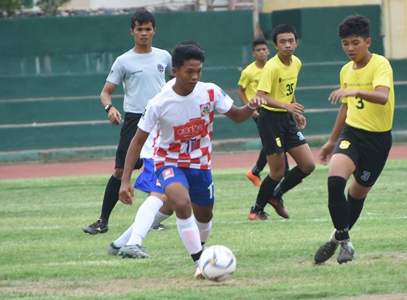 EASY WIN. Mark Lester Zafra probes for an opening against EVRFA during their Boys 15 encounter.(SunStar File Photo/ Allan Cuizon)