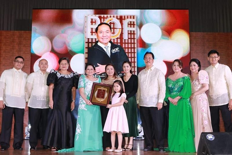 PAMPANGA. Bank of Florida (BOF) President Teresa David- Carlos and Senior Executive Vice President Susan David- Nunga give a special recognition to the family of the late BOF Director Levy P. Laus during the recent 55th BOF Anniversary held at LausGroup Event Centre, CSFP. Receiving the award is Laus's daughter Diorella and daughter in law Sherlette. Others in photo are BOF directors Reynaldo David, Jaime Panganiban, Atty. Ma. Fides Andin-Balili, Isha Laus, Engr. Jesus Nicdao, Yolanda David-Aguila, and Jose Paolo Carlos. (Chris Navarro)