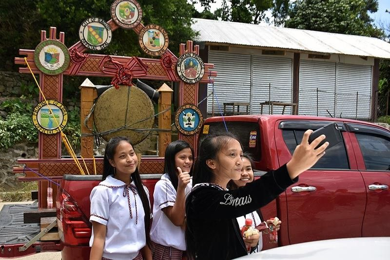 BAGUIO. High school students take a selfie of the Cordillera Unity Gong during the Apayao-Kalinga-Abra leg of the caravan in Balbalan, Kalinga last week. The Cordillera Unity Gong Relay is part of the 32nd Cordillera Day celebration that aims to drumbeat the call for support for the Cordillera regional autonomy and development. (Photo by Redjie Melvic Cawis)