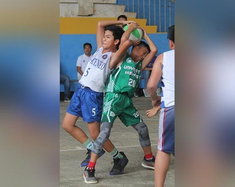 BATTLE. Players from Sacred Heart School-Ateneo de Cebu and the University of the Visayas fight for the rebound during their CYBL 12-Under finals match.  (Sunstar Photo / Amper Campaña)