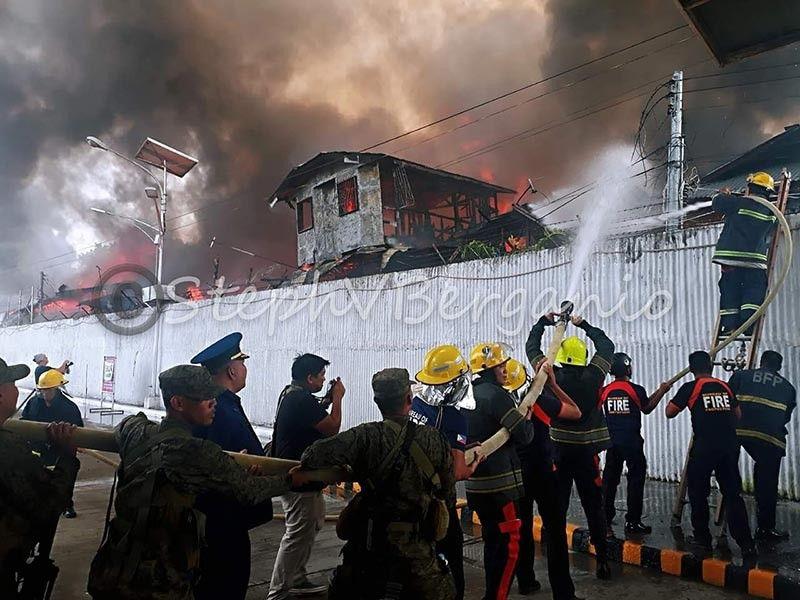 CAGAYAN DE ORO. Nagtinabangay ang mga bombero pagpakgang sa dakong kalayo sa Mulmac, Macabalan, dakbayan sa Cagayan de Oro niadtong Lunes sa hapon, Hulyo 15, 2019. (Steph V. Berganio)