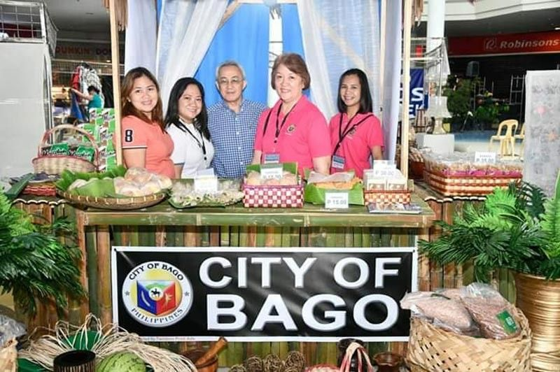 BACOLOD. Metro Bacolod Chamber of Commerce and Industry Chief Executive Officer Frank Carbon (center) with some of the participating micro and small enterprises in the province during the 11th Negros Business Week at Robinsons Place Bacolod running until Wednesday, July 17, 2019. (MBCCI photo)