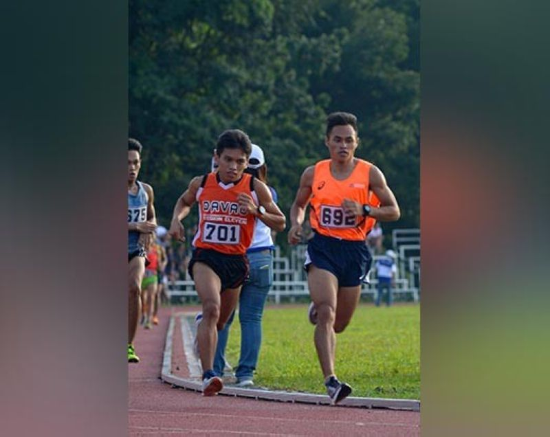 DAVAO. File photo of Arlan Arbois, Jr., right, who smashed his own National Prisaa Games 2019 record by clocking 32:22 to win the Dagyaw (Dagan Sayaw) 2019 men's 10K title in the race held in Davao City Sunday, July 14. (Photo by Marvin Ponce)