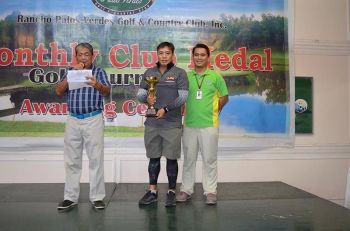 DAVAO. Kim Il Gyu, center, receives his overall gross champion's trophy at the close of the RPVGCC 10th Monthly Medal Tournament at the Rancho Palos Verdes Golf and Country Club in Mandug, Davao City recently. (Photo by Tomas Iñigo)