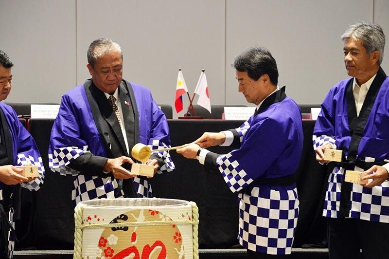 "A Sake Barrel Ceremony, ""Kagami-biraki,"" was performed during the contract signing of the Package 3 of the PNR Clark Phase 1 (Tutuban-Malolos) to further invite harmony and good fortune in the project implementation. (Photo by PIA-Central Luzon)"