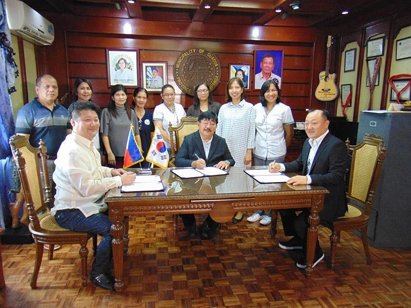 PAMPANGA. Mayor Dante Torres signs a memorandum of understanding with U&I Soltech Co. president Yoo Chung Wun and South Korean Economic Support Administration chairman Suo Eon Kim. (Photo by Ian Ocampo Flora)