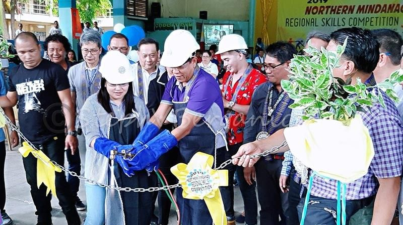 CAGAYAN DE ORO. Gipangulohan nila Misamis Oriental Governor Bambi Emano ug Cagayan de Oro Councilor Suzette Magtajas Daba ang chain cutting sa 2019 Northern Mindanao Regional Skills Competition nga gilusad sa Tesda. (Steph V. Berganio)