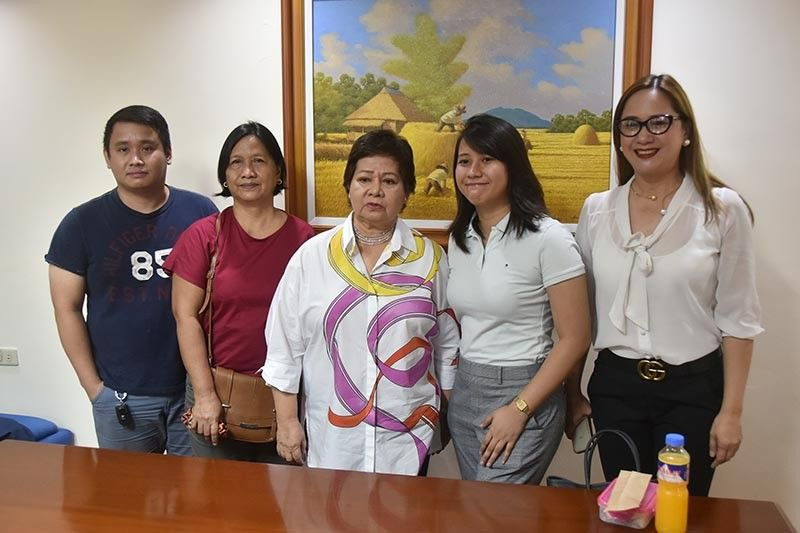PAMPANGA. Jeremiah Caceres (2nd from R) and her mother Sylvia thank Vice Governor Lilia Pineda and Provincial Board Member Fritzie David-Dizon for supporting her through the provincial government's Educational Financial Assistance Program. (Photo by Pampanga PIO)