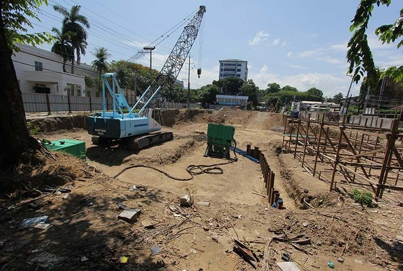 BIG HOLE IN CAPITOL. The excavated portion in the Cebu Provincial Government's compound has not been backfilled by WT Construction Inc. (WTCI) despite Gov. Gwendolyn Garcia's 48-hour final warning to the firm. Garcia issued the ultimatum for the firm to backfill the excavated portion; if the latter continues to defy her, her office would make actions to prevent WTCI from joining in any government-initiated project. (SunStar Photo/Amper Campaña)