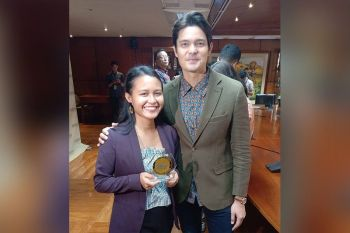 PRIDE OF CEBU. Wenilyn Sabalo, SunStar Cebu reporter and a graduate of the University of San Jose-Recoletos, shows off her award with GMA artist Dingdong Dantes. (Contributed Photo)