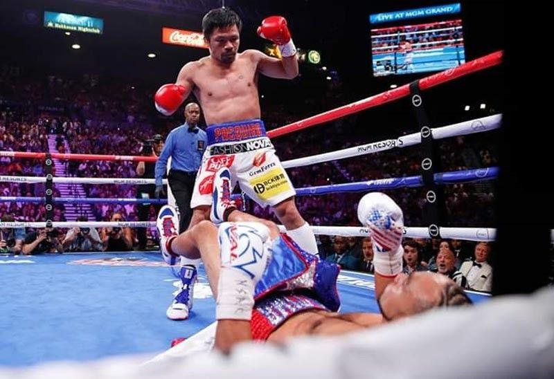 MAKITA ang pagkahagba sa Amerikano nga si Keith Thurman human maigo sa kumo ni Manny Pacquiao sa unang round didto sa MGM Grand Garden Arena sa Las Vegas, kagahapon, Dominggo, Hulyo 21. (AP photo)