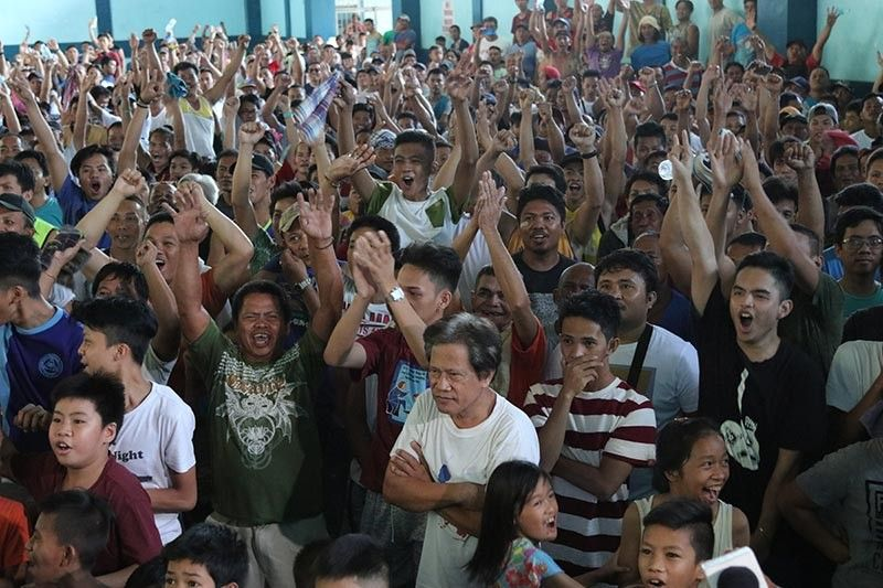 "SIYAGIT. Makabungog nga siyagit sa kalipay ang milanog sud sa Bankerohan Gym, sa Barangay 5-A, siyudad sa Davao sa dihang gianunsyo ang kadaugan sa ""Pambansang Kamao"" nga si Senator Manny Pacquiao, pinaagi sa split decision batok sa Amerikano nga si Keith Thurman, atol sa ilang sinumbagay sa Wordl Boxing Association Super Welterweight title sud sa MGM Grand Garden Arena sa Las Vegas, kagahapon, Dominggo, Hulyo 21. (Mark Perandos)"