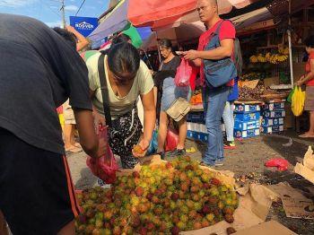 DAGSA NA. Daghan na og mga nagkadaiyang prutas sa Bankerohan Public Market, Davao City, sama nalang aning rambutan nga mapalit nalang sa barato nga presyo. Gidagsa na sab ang mangosteen ug durian nga maoy sagad mga prutas sa pagsaulog sa Kadayawan sa Dabaw matag tuig. (Jeepy Compio)