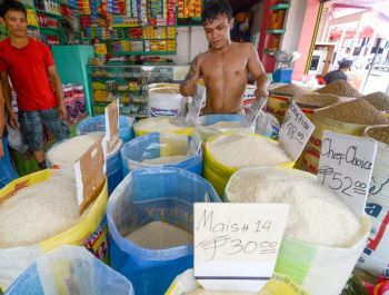 PROTECTING FARMERS. The government is mulling to set a suggested retail price on rice as farmgate prices of palay continues to plummet. (SUNSTAR FILE)