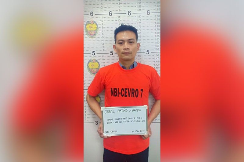 GIDAKOP: Si manlalaban-brodkaster Juril Patiño gisikop sa National Bureau of Investigation (NBI) 7 sa kasong paglugos sa usa ka 13 anyos nga dalagita. Gihulagway kini sa iyang asawa nga usa ka pagbutangbutang. (Tampo)
