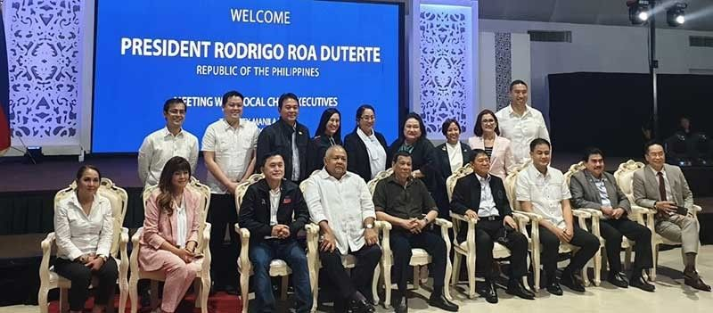 MANILA. Bacolod Mayor Evelio Leonardia (seated, 2nd from right), newly elected president of the League of Cities of the Philippines (LCP), with President Rodrigo Duterte, Malacañang officials, senators, governors, and mayors after the Post-SONA meeting with the President at The Manila Hotel Tuesday night, July 23. (Contributed photo)
